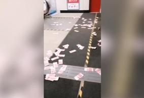男子抛洒大量百元纸币,地铁公司捡拾封存