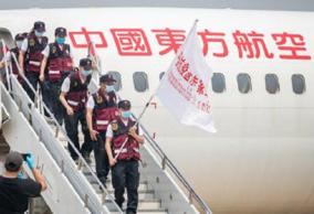 中国医疗专家组抵达老挝,携带抗疫物资